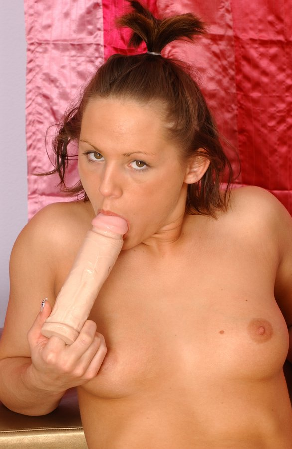 Teen dildos her clitoris